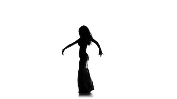 Talanted egzotikus hastáncos lány továbbra is táncolni, fehér, lassú mozgás, sziluett