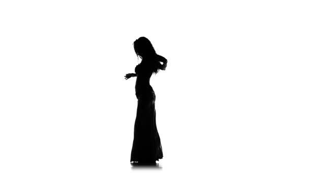 Talanted egzotikus hastáncos nő, rázta a csípőjét, a fehér, lassú mozgás, silhouette
