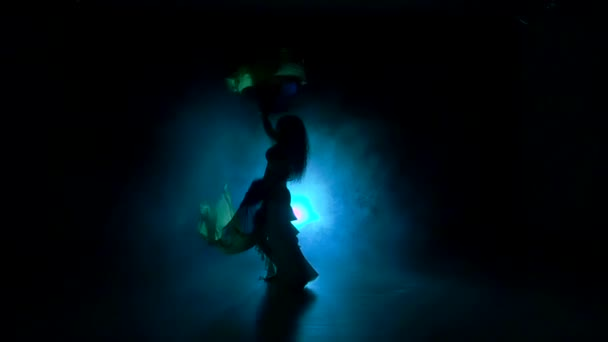 Krásné exotické břišní tanečnice žena pokračovat tanec, používá fanoušky, na černou, zpomalené, silueta, kouř