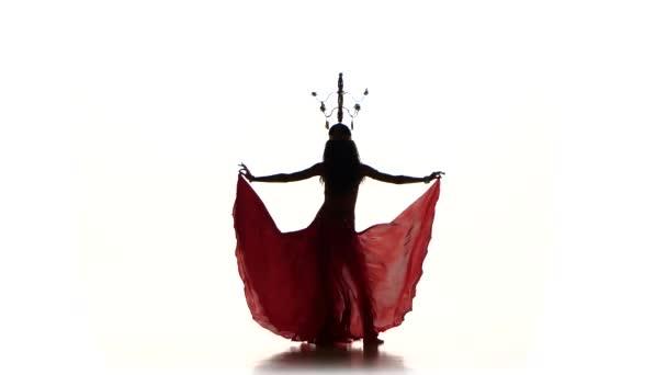 attraktive Bauchtänzerin, die mit Kerzen auf dem Kopf tanzt, Silhouette, auf Weiß