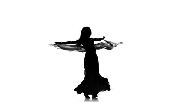hübsche junge Mädchen tanzen Bauchtanz mit Schal, Silhouette, weiß
