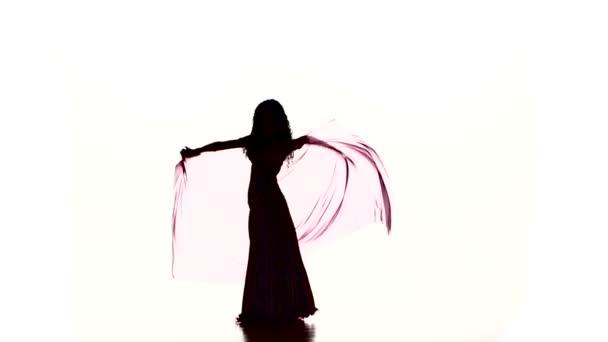 hübsche junge Frau beginnt Bauchtanz mit farbigem Schal, auf weißem, Zeitlupentanz