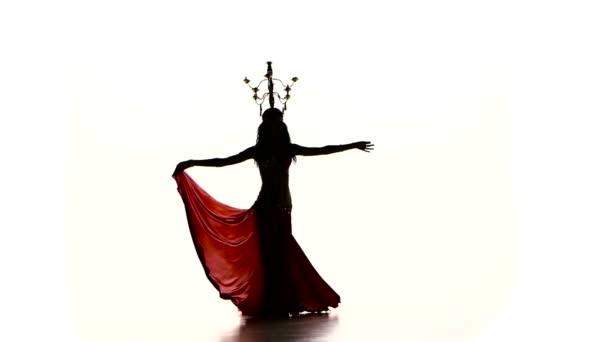 Bauchtänzerinnen tanzen weiter mit brennenden Kerzen, Kopf, Silhouette, Zeitlupe, auf weiß