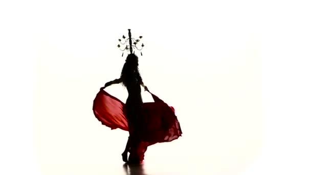 talanted Bauchtänzerin Mädchen Tanz mit brennenden Kerzen, Kopf, Silhouette, Zeitlupe, auf weiß