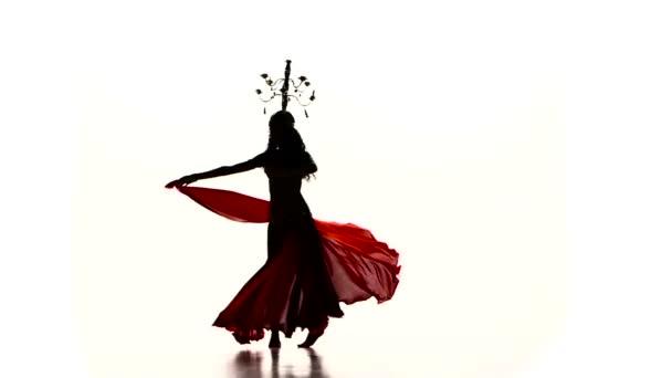 Bauchtänzerinnen tanzen mit brennenden Kerzen, Kopf, Silhouette, Zeitlupe, auf weiß
