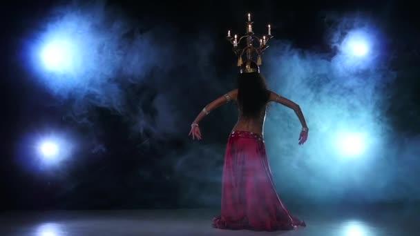Bauchtänzerin tanzt weiter mit Kerzen, ihrem Kopf, schwarz, Rauch, Zeitlupe