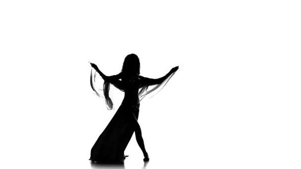 junges Mädchen tanzt weiter Bauchtanz mit Schal, Silhouette, Weiß, Zeitlupe