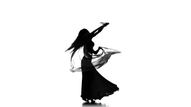 hübsche junge Frau tanzt weiter Bauchtanz mit Schal, Silhouette, auf Weiß, Zeitlupe
