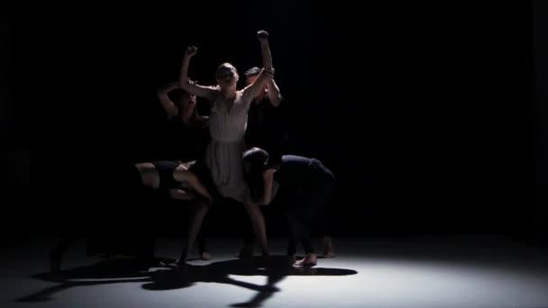 Začátek představení současného tance pět tanečníků na černý, stín