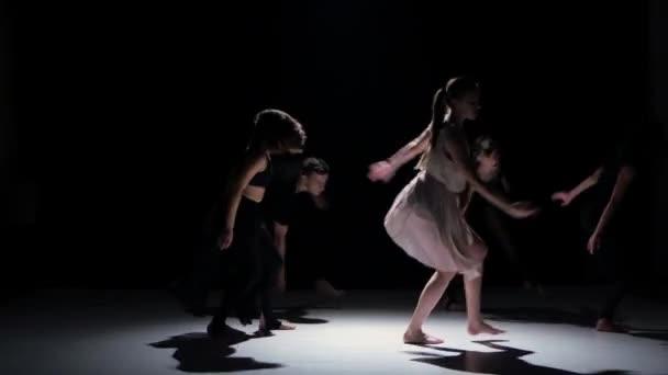 Přejít současnou taneční výkon pět tanečníků na černý, stín