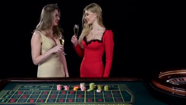 Sexy mladé dívky v kasinu. Hra ruleta. Černá