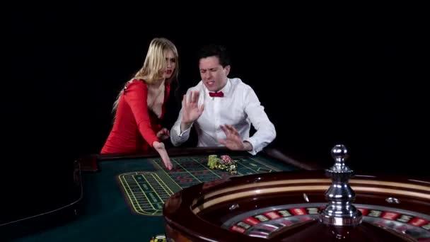Pár hraní rulety se touží vyhrát v hazardní domu. Černá