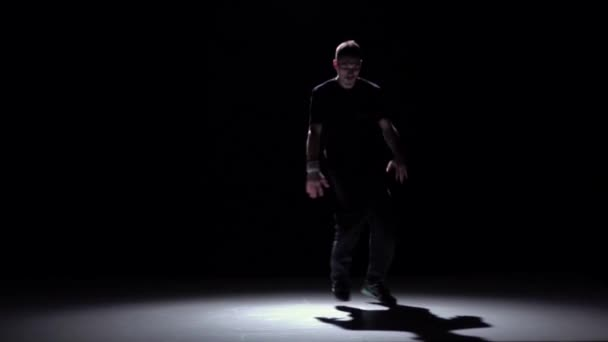 Tanečnice v tmavém obleku tanec tance, černá, stíny, pomalý pohyb