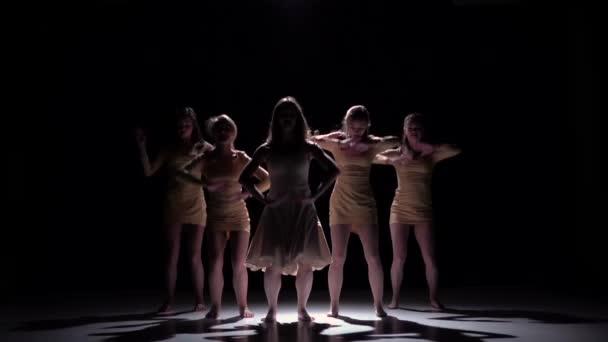 Pět krásných dívek tančí moderní současný tanec, na černém, stínovém, pomalém pohybu