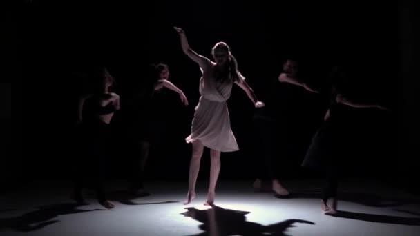 Přejít na současnou taneční výkon pět tanečníků na černý, stín, zpomalené