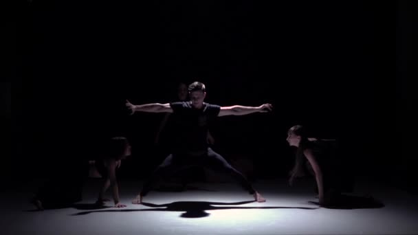 Začít elegantní moderní tanec čtyř tanečníků, stín, zpomalené