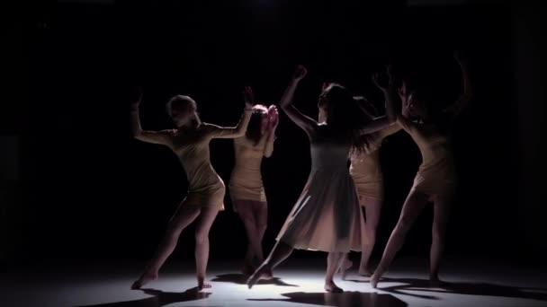 Půvabná současný tanec pěti tanečníků v bílých šatech na černou, stín, zpomalené