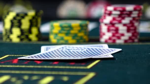 Hráč zkontroluje, jak si karty hrají poker, zblízka pohled