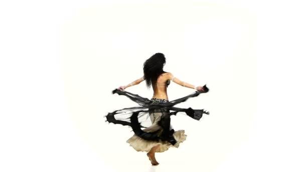 schöne Bauchtänzerin wedelt mit ihren dunklen Haaren, schüttelt die Hüften und wirbelt, in weißer Zeitlupe