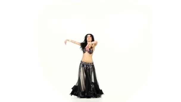 Bauchtänzerin mit dunklen Haaren tanzt und schüttelt ihre Hüften, auf weißem, Zeitlupentempo