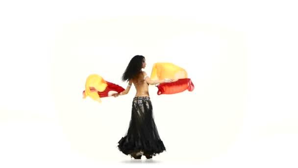 Bauchtänzerin Brünettes Mädchen in ungewöhnlichem Kostümtanz mit Fächern, Wirbeln, auf weißem Grund, Zeitlupe