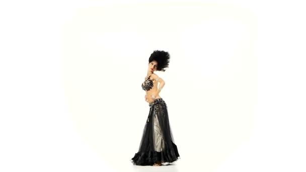 schöne Bauchtänzerin wedelt mit ihren dunklen Haaren, schüttelt ihre Hüften, auf weißem, Zeitlupentempo