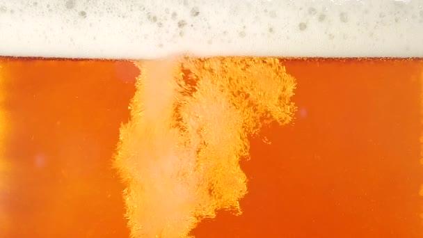 Öntött sör. Vértes. Lassított mozgás