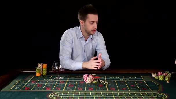 Vzrušitelný chlapík hrající Poker. Černé