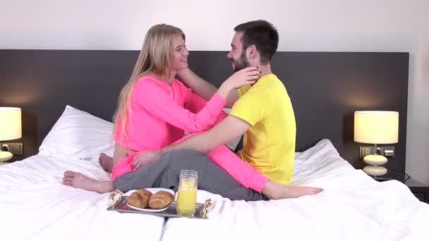 pár snídáš v jejich posteli doma
