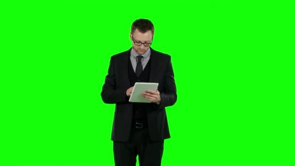 Obchodní muž použít přenosný počítač a umožňuje on-line nakupování. Zelená obrazovka