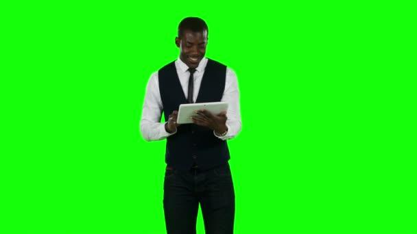 Podnikatel pomocí digitálních tablet pc pro internet. Zelená obrazovka