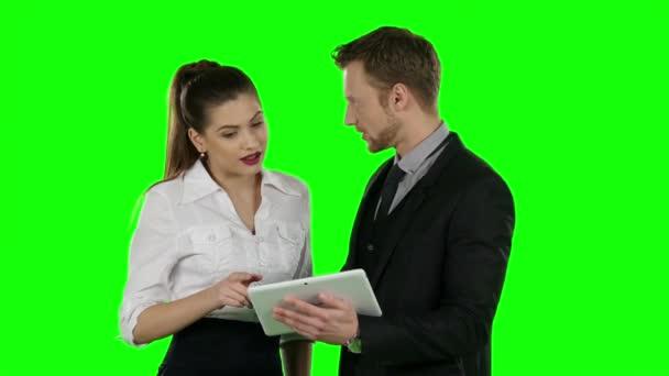 Úřednice dvě společně podívat na notebooku. Online nakupování, zelená obrazovka