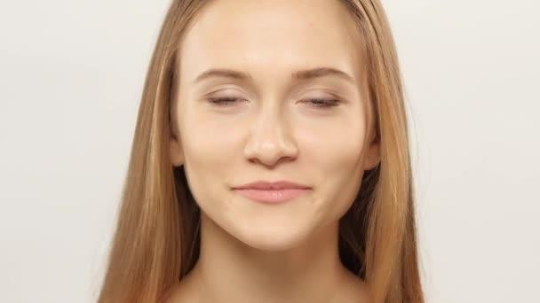 junges Mädchen mit Zahnspange, das in die Kamera blickt und lächelt. weiß