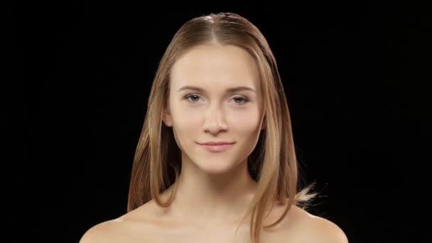 Model lacht und zeigt ihr Lächeln mit Klammern und mit einem Auge zwinkert. Schwarz
