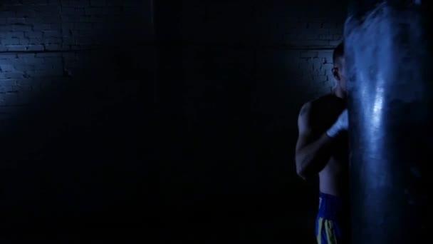Boxeři boxovací pytel. Zpomalený pohyb