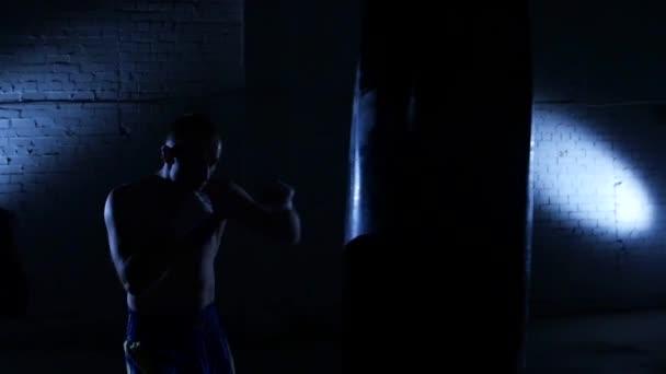 Boxer šedých polí v tělocvičně. Zpomalený pohyb