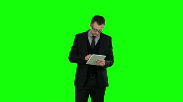 Obchodní muž použít notebook. Zelená obrazovka
