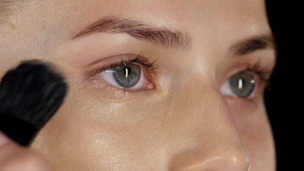 Použití nadace na obličej. Černá. Closeup