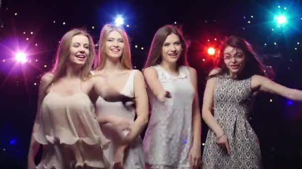 Mädchen tanzen und machen ähnliche Gesten
