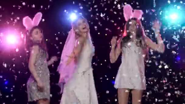 Szórakoztató lányok bachelorette party, tánc, és csók a menyasszonyt