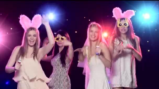 vier Mädchen haben Spaß bei Junggesellenabschied beim Blasen von Seifenblasen