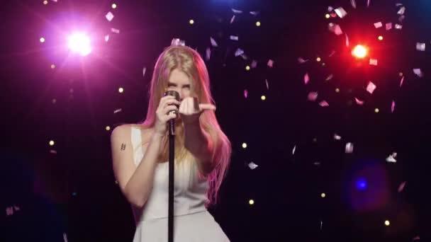 Lány énekelt és táncol retro mikrofon Strobe világítás hatása