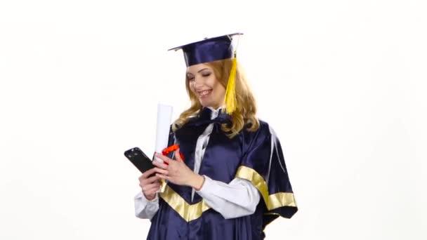 Selfe fotka s diplomem. Absolvent. Bílé