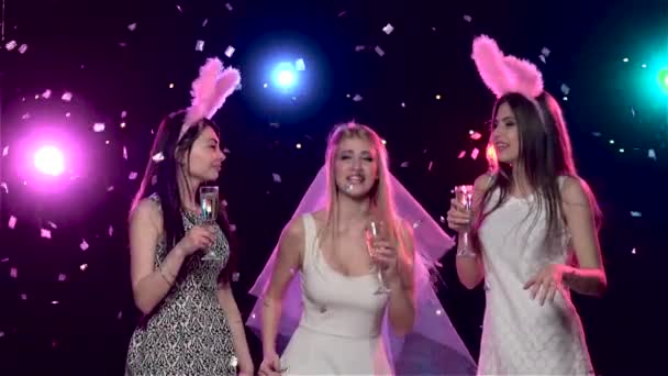 Girlfriends táncol és iszik pezsgőt bachelorette fél. Lassított mozgás