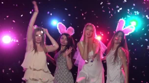 Lányok a bachelorette party, tánc és a szórakozás. Lassú mozgás