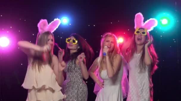 Barátnők a bachelorette fél vicces táncol és énekelni. Lassított mozgás