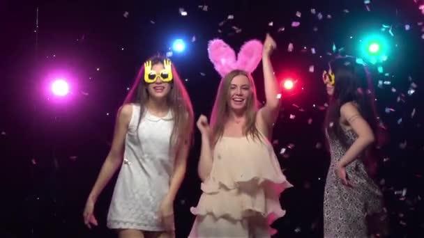 Mädchen auf Junggesellenabschied tanzen und Spaß haben. Zeitlupe