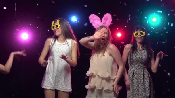 Ragazze alladdio al nubilato festa ballare e divertirsi. Slow motion