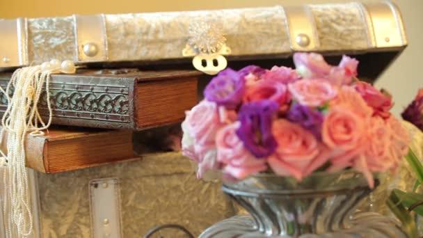 Tavoli decorazioni di fiori e tronco. Cambio dinamico di messa a fuoco. Primo piano
