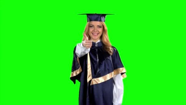 Absolventa dívka s palce dolů. Zelená obrazovka. Zpomalený pohyb